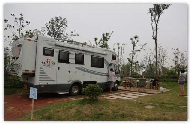 崇明岛房车营地就建在崇明明珠湖公园,营地拥有    辆   个型号的房车