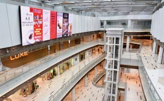 总之,中岛区域显现出相对轻松活跃的氛围,与商场中午的大客流量相呼应
