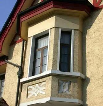 上盖三坡屋面,西侧山墙外原为一层平房也盖三坡屋面